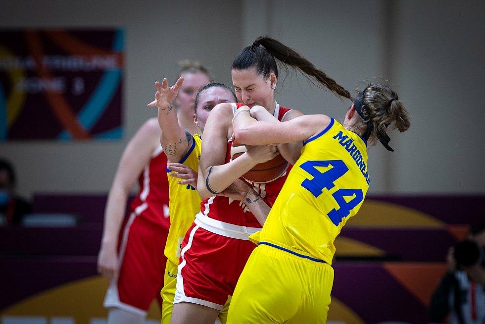 Basketbalistka Natálie Stoupalová (v červeném) si v kvalifikaci na mistrovství Evropy připsala čtyři starty.