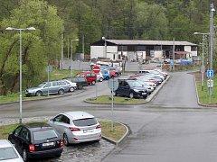Záchytné parkoviště v Bílovicích vznikne pravděpodobně na místě současných stavebnin (na snímku).