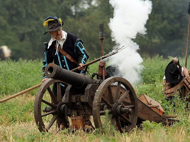 PLNO KOUŘE. Černý střelný prach jde dodnes na odbyt při ukázkách dávných bitev. Pro historické zbraně je nepostradatelný.