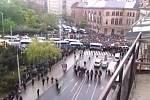 Průvod narazil na blokádu na Moravském náměstí.