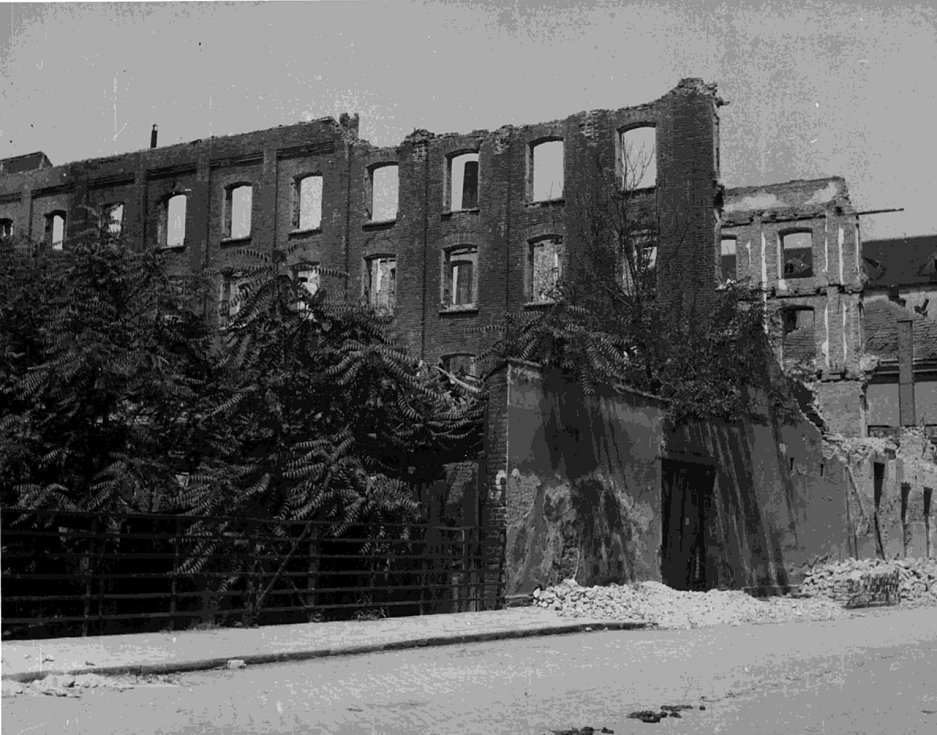 Následky sovětského bombardování Brna v dubnu 1945.