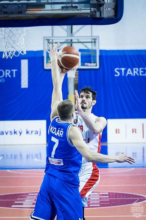 Brněnský basketbalista Viktor Půlpán (s číslem 18) se stal nejvytíženějším hráčem svého týmu.