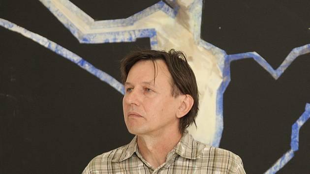 Ostravský výtvarník Daniel Balabán hovoří v prostorách Pražákova paláce v Brně o svých námětech a inspiracích. Na snímku s obrazem nazvaným Vertikální pieta.