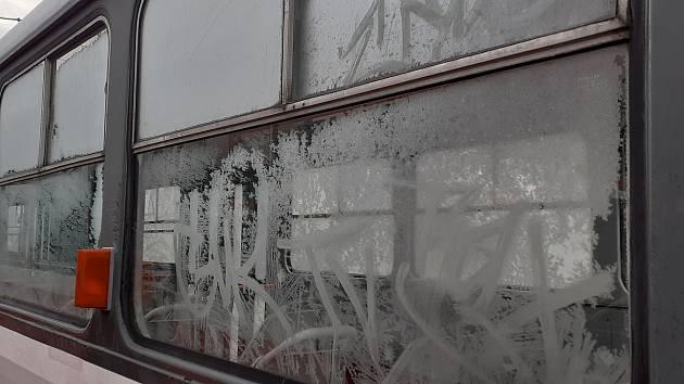 Sprejují, škrábají okna. Vandalové stáli brněnský dopravní podnik 3,7 milionu