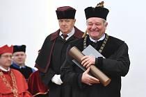 Čestnou vědeckou hodnost doctor honoris causa dnes na Mendelově univerzitě v Brně převzal genetik, buněčný biolog a profesor mikrobiologie Sir Paul Maxime Nurse.