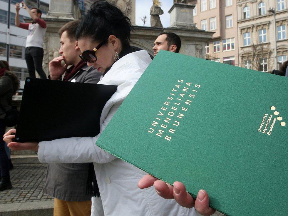 Studentská demonstrace VyjdiVen na brněnském náměstí Svobody.