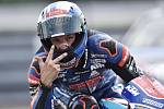 Jakub Kornfeil slaví třetí místo v závodě Moto3.