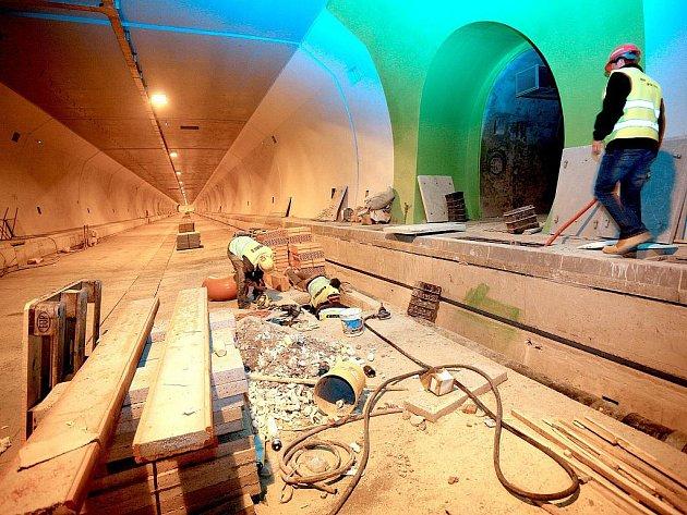Životnost tunelů Dobrovského je naplánovaná na sto let. Stavbu tvoří dva samostatné tubusy dlouhé 1250 metrů. Stála 12 miliard korun.