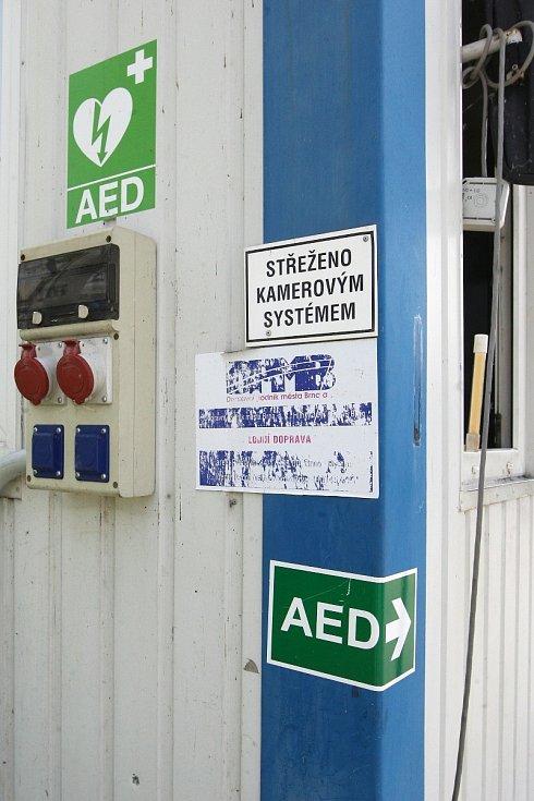 Defibrilátor v přístavišti brněnské přehrady.