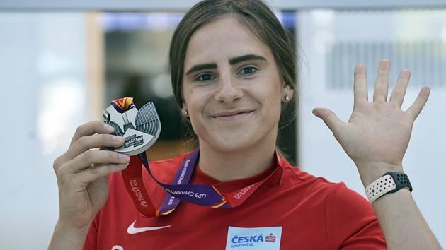 Čtvrtkařka Lada Vondrová přiletěla 15. července 2019 do Prahy se stříbrnou medailí z mistrovství Evropy do 23 let ve švédském Gävle.