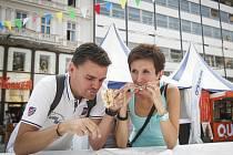 Festival U jednoho stolu na brněnském náměstí Svobody.