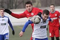 Jihomoravský souboj v Tipsport lize ovládlo Znojmo, které porazilo 1:0 brněnskou Zbrojovku (v červeném).