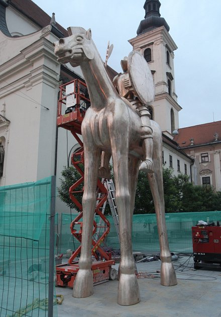 VBrně dokončili instalaci sochy Jošta, vponděli dostane kopí.