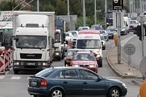 Havárie kanalizace omezila dopravu u Tomkova náměstí směrem do Husovického tunelu. Řidiči i hromadná doprava v místě nabírala až hodinové zpoždění.