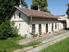 Za stavbou nádraží stál Cyril Seifert z Brna, který získal koncesi na provoz trati mezi samostatnými obcemi Líšní a Černovicemi.