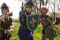 Děti si mohou vyzkoušet boj nebo střelbu z kuše.