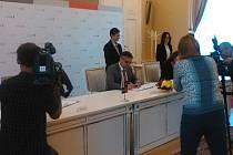 V Brně ve čtvrtek podpisem zakládajících smluv vznikl spolek města a Jihomoravského kraje, který bude v příštích letech pořádat motocyklovou Grand Prix.