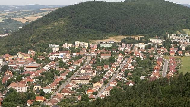 Pohled na Tišnov z rozhledny Klucanina. Ilustrační foto.