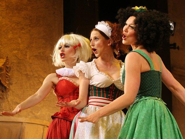 Komedie Městského divadla Brno Tři v tom sází na kvalitní herecké výkony.