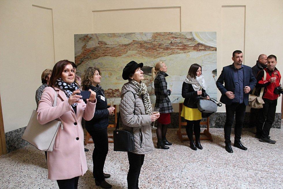 Na zámku v Lysicích restaurátoři obnovili výzdobu sala terreny.