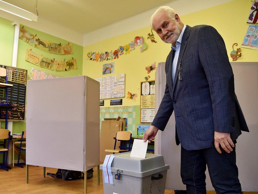 Volby na brněnské Základní škole Kamenačky. Na snímku volí hejtman Jihomoravského kraje Bohumil Šimek.