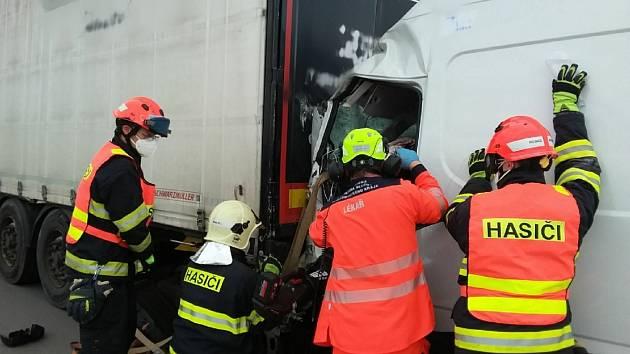 Nehoda na dálnici D1 u Ostrovačic, po které zůstal v dodávce zaklíněný řidič.