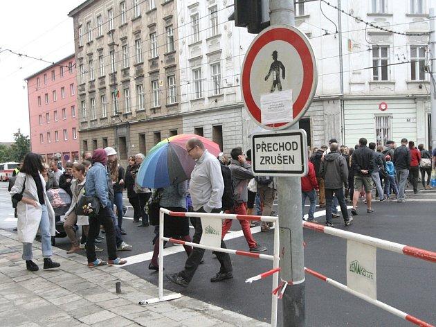 Na nesmyslnost nového řešení křižovatky upozornil v pondělí happening, kdy v dopravní špičce na pět minut lidé přecházeli ulici v místě bývalého přechodu a blokovali tak auta.