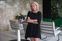 Zpěvačka Bára Basiková se v pondělí večer představila Brňanům v netradiční roli. Vystoupila jako host jednoho z tematických večerů s názvem Setkání ve Skleněném pokoji v komorní koncertní talkshow na terase vily Tugendhat.
