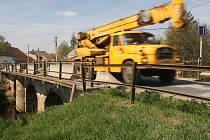 Kamiony a těžká nákladní auta jedoucí přes Pitrův most v Rajhradě.