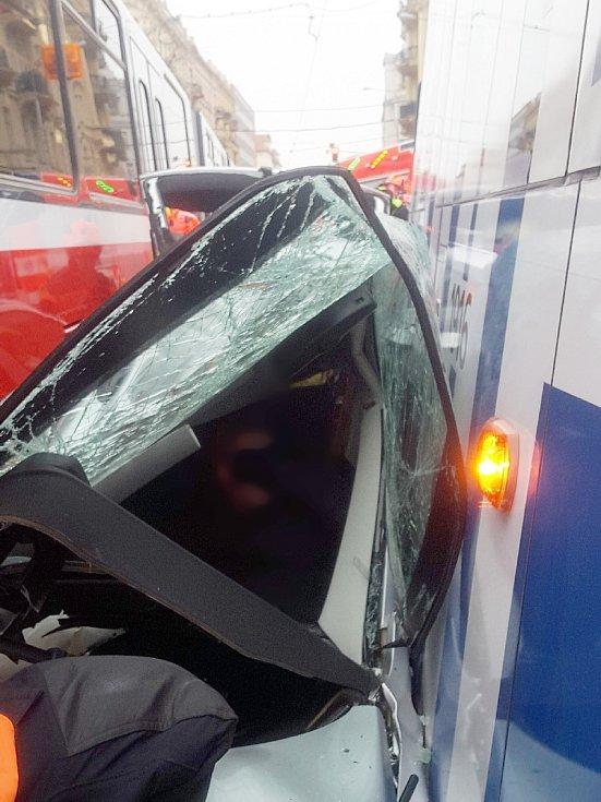 Nehoda tramvaje a osobního auta na Konečného náměstí.