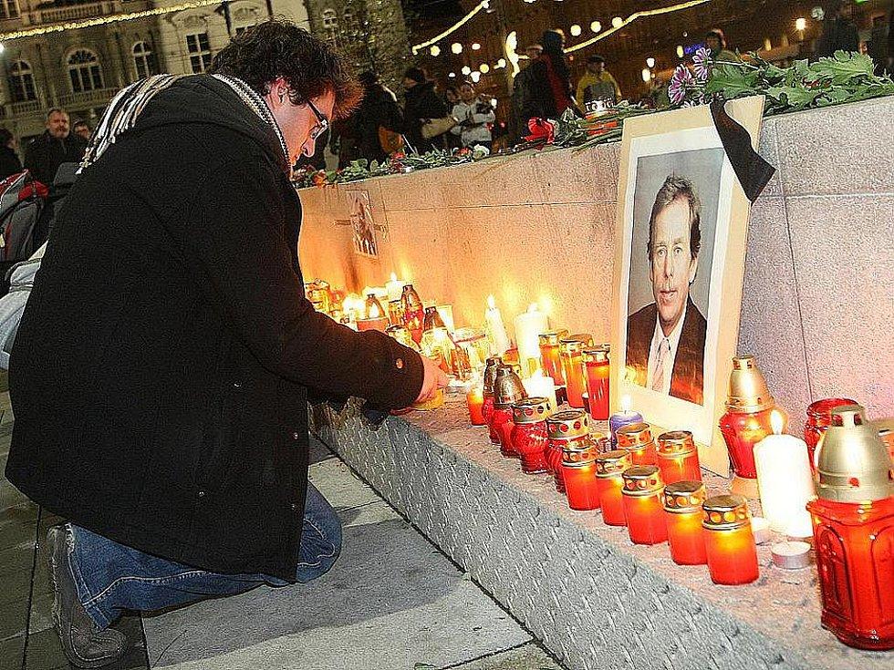 Lidé ctí památku zesnulého bývalého prezidenta Václava Havla - ilustrační foto.