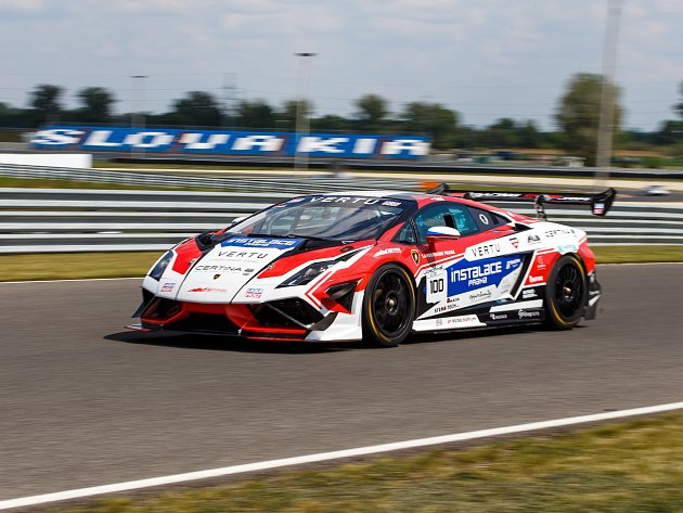 Michal Petrů v autě a barvách brněnského týmu Mičánek Motorsport.