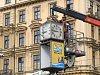 Odstranění starých a nefunkční otočných hodin v brněnské Benešově ulici. Nahradí je nové.