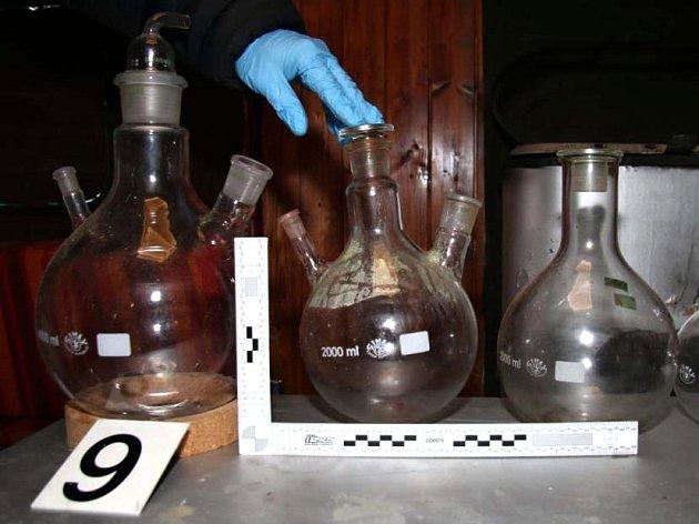 Policisté zadrželi muže, kteří v Ivančicích a Senoradech na Brněnsku vyráběli drogy. Potřebné suroviny nakoupili v Polsku.