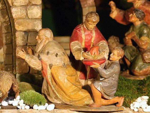 Přes šedesát let starý betlém z lipového dřeva postavili dělníci tuto středu v katedrále svatého Petra a Pavla.