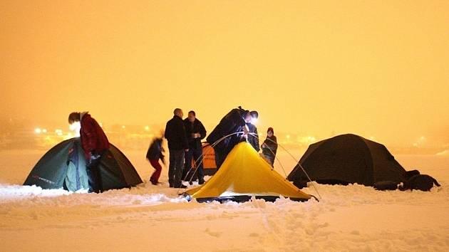Přespat na zamrzlé přehradě může být dobrodružné. Polární noc se tu proto konala už po několikáté.