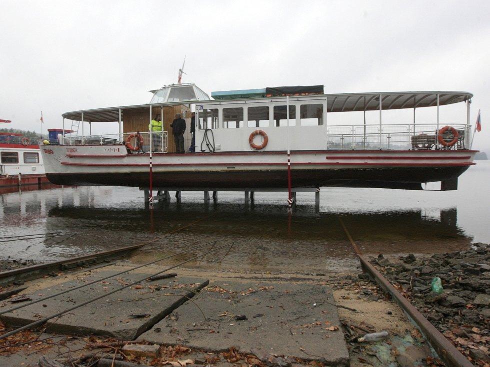 Po víkendovém konci plavební sezony lodníci začali s vytahováním lodí z Brněnské přehrady. V úterý v pět hodin odpoledne, po hodině práce, se ocitl na břehu první parník Brno.