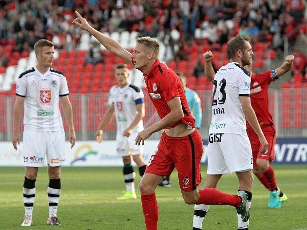 Michal Škoda slaví gól v zápase proti Hradci Králové.
