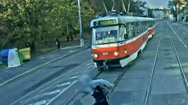 Obrovské štěstí měl student brněnského gymnázia ve Vídeňské ulici. Když přebíhal silnici, srazila ho protijedoucí tramvaj. Chlapec vyvázl jen s tržnou ránou na noze.