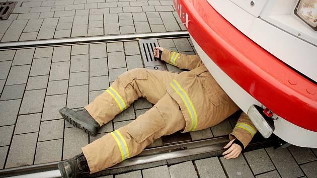 Hasiči vyprošťovali na brněnském náměstí Svobody zraněnou osobu zaklíněnou pod tramvají. Jednalo se o cvičení. Po ukončení akce převzali brněnští hasiči nový prostředek ke zvedání tramvají.