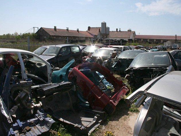 Členové gangu kuchali ukradená auta ve stodole na Žďársku.