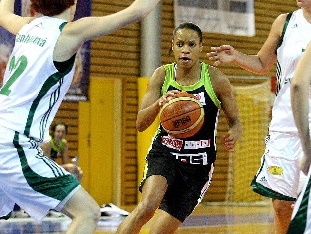 V basketbalovém derby s Valosunem (v bílém) se z vítězství radovaly hráčky Frisca.