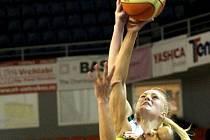 V basketbalovém derby s Valosunem (v bílém) se z vítězství radovaly hráčky Frisca. Valosun chce porážku odčinit v evropském poháru.