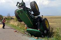 Převrácený traktor i s vlečkou plnou oblií u Prace na Brněnsku.