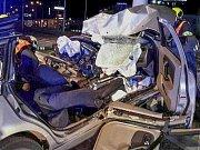 Vyprostit zaklíněného zraněného řidiče museli v pátek brzy nad ránem v brněnské Vídeňské ulici jihomoravští hasiči. Auto skončilo ve svodidlech.