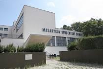 Významná architektonická památka v Brně chátrá a potřebuje opravit. V alarmujícím stavu jsou záchody a okna původního Masarykova studentského domova v Cihlářské ulici, který dnes vystupuje pod názvem Masarykův domov mládeže a Školní jídelna Brno.
