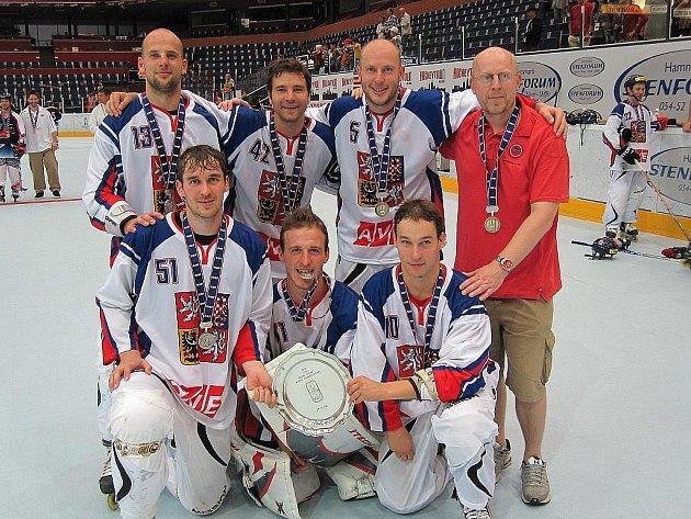 Bratři Patrik (v horní řadě druhý zleva) a David Šebkové (v dolní řadě zcela vpravo) vybojovali společně stříbro na světovém šampionátu v inline hokeji. Foto: archiv Davida Šebka