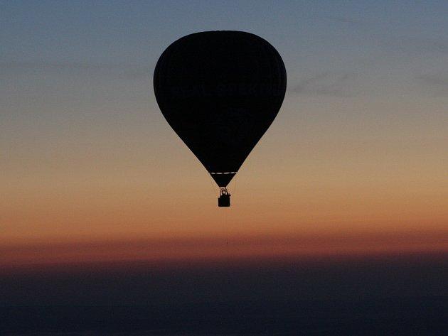 Noční balonové létání nad Brnem - objektivem fotografa Deníku.
