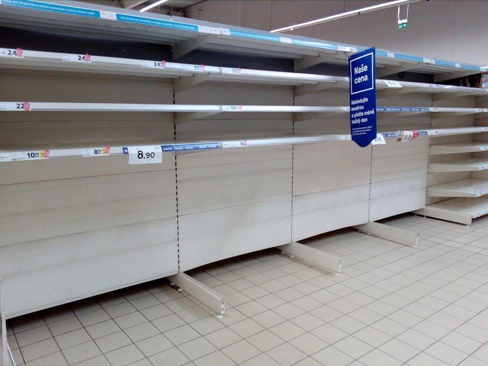 Mnozí Brňané vzali kvůli hrozbě koronaviru útokem obchody a ve velkém nakupují trvanlivé potraviny. V Tesku v brněnském Králově Poli tak zely prázdnotou  regály s rýží, konzervami, těstovinami nebo balenou pitnou vodou.