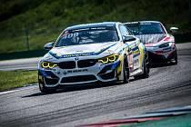 Brněnská stáj Šenkýř Motorsport, za kterou si zazávodil i majitel Robert Šenkýř, při debutu s novým vozem BMW M4 GT4 (na snímku vepředu) finišovala na osmnáctém místě.